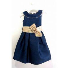 Vestida da Kiriki com faixa dourada com flor à frente e laço atrás. Disponível em azul noite e em salmão