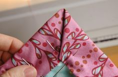 Binding tutorial for baby blankets. Cute idea to gift a blanket, bib and other items. Quilting Tips, Quilting Tutorials, Sewing Tutorials, Sewing Hacks, Sewing Patterns, Sewing Ideas, Sewing Tips, Fabric Crafts, Sewing Crafts