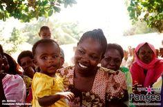 """Kenia.  La ricostruzione delle scuole.  In: """"10 anni con Fondazione Pangea"""" (www.pangeaonlus.org)"""