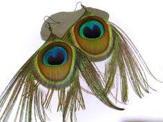 Boucles d'oreilles plumes de paon à retrouver ici : http://www.alittlemarket.com/boutique/clouds_are_yellow-1267595.html