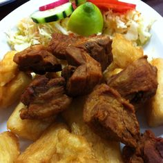 Yuca frita con chicharron ( fried yucca with fried pork)) awesome! Carribean Food, Caribbean Recipes, Dinner Idead, Salvadoran Food, Honduran Recipes, Recetas Salvadorenas, Guatemalan Recipes, Around The World Food, Chicharrones