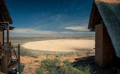 Xaus Lodge am Rand einer Salzpfanne in der Kalahari in Südafrika Safari, Cape, Lonely, Cape Town, Night Skies, Addiction, Tours, Mountains, Mantle