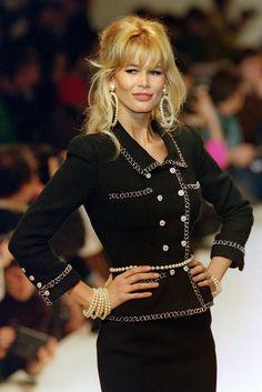 Langzeitmuse und enge Freundin von Karl: Claudia Schiffer am 24. Januar 1995 in Paris in einem schwarzen Tweed-Kostüm von Chanel