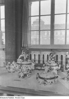 Zwinger, Innenaufnahme, Langgalerie mit Neuaufstellung der Porzellansammlung (23.09.62); Aufstellung des Schwanenservice, Pförten, Graf Brühl