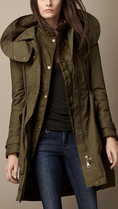Discover women's outerwear from Burberry, featuring Italian-woven cashmere trenches and tailored coats to lightweight parkas. Coats For Women, Jackets For Women, Burberry Trenchcoat, Parka Outfit, Stylish Outfits, Fashion Outfits, Girl Outfits, Fashion Sets, Petite Fashion