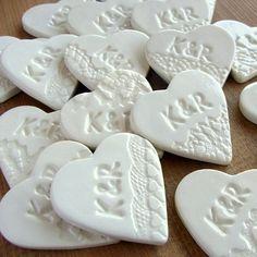 Zestaw 10  ceramicznych  magnesów w postaci  przepięknych  serduszek w kolorze  ecru,  przyozdobionych  motywami koronkowymi  i inicjałami pary  młodej.  Ceramiczne serduszka  są znakomitym,  oryginalnym i  trwałym  podziękowaniem dla  gości z okazji  ślubu, chrztu,  komunii czy innej  okaz...
