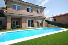 Villa de vacances spacieuse dotée d'une magnifique piscine privée, d'une terrasse et d'un balcon offrant une vue sur la reǵion.