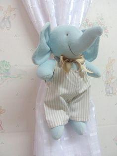 Se o tema do quartinho do seu bebê for de bichinhos da floresta, não deixe de incluir esses lindos elefantinhos para prender e enfeitar a cortina. Eles são lindos e perfeitos para esse tema! <br>São feitos em plush, costurados um a um, podendo ser lavados, pois a roupa é facilmente retirada. <br>O macacão é em tecido 100% algodão. <br>O valor corresponde ao PAR (2 elefantinhos). Poderão ser feitos pra menina também e em outras cores. <br>Ao fazer seu pedido, fique atento ao tamanho (medidas…