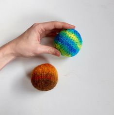 How to Knit a Ball, Two Ways (perfect for Toys or Christmas Ornaments) | Yarn Birdy