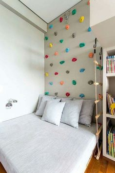 55 Best Montessori Bedroom Design For Happy Kids 0055 - Rock Climbing Wall above the bed! What a cool idea for a kid's room! 55 Best Montessori Bedroom Design For Happy Kids 0055 Montessori Bedroom, Montessori Toddler Rooms, Montessori Elementary, Cool Kids Rooms, Cool Boys Room, Room Boys, Child Room, Kids Room Bed, Creative Kids Rooms