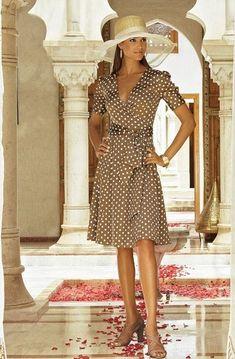 Платье с запахом начало свое путешествие по миру в 1973 году, за первые несколько лет моделей этого платья было продано 5 миллионов штук; потом оно было забыто, а потом… возродилось, как феникс из пепла, в 1997!Придумала платье с запахом Диана фон Фюрстенберг — французский и американский модельер бельгийского происхождения. Она же президент Американского Совета Дизайнеров Моды (с 2006 года).