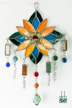 ELISABETTA EPIFANÍA realizó este Suncatcher de vidrios opalescentes, traslúcidos, texturizados y gemas con la técnica de Tiffany-Copper foil en acabado natural. Creado en DCH Taller de Arte David Chávez.