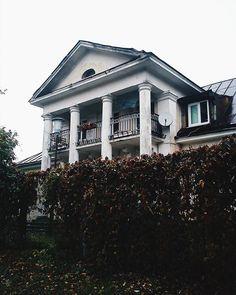 А ведь кто-то живет в доме с колоннами... #любимоегородское #vscocam #vscobelarus #autumn #house #architecture #grodno #photography