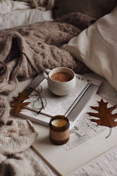Cozy Aesthetic, Autumn Aesthetic, Brown Aesthetic, Aesthetic Coffee, Book Wallpaper, Fall Wallpaper, Iphone Wallpaper, Iphone Backgrounds, Autumn Coffee