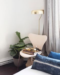 De vlinderstoelen van @fritz_hansen staan niet alleen mooi rond de eettafel ze kunnen ook perfect dienst doen als nachttafeltjes! #regram @patriciagoijens