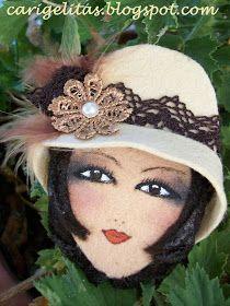 Laura del blog LAUDEEFES  me pidió hace tiempo unas minis caris para regalar a su mama, a su suegra y también quería autoregalarse una ella... Fabric Brooch, Felt Brooch, Felt Crafts, Diy And Crafts, Ballet Drawings, Bijoux Fil Aluminium, Felt Dolls, Felt Ornaments, Bottle Crafts