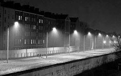2126 Bernauer Straße, 1986, Wedding - Blick gen Ostteil. Grell ist der Streifen erleuchtet.