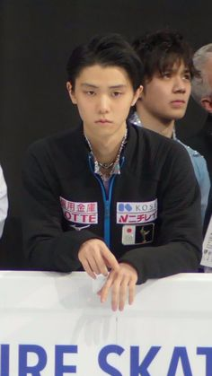 Yuzuru Hanyu 羽生結弦 with Shoma Uno 宇野昌磨 in the background.
