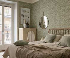 : Pastel colors floral wallpaper and wicker for a cozy bedroom # de . : Pastel colors floral wallpaper and wicker for a cozy bedroom # design Scandinavian Wallpaper, Scandinavian Home, Maximalist Interior, Double Duvet, Decor Inspiration, Duvet Bedding, Scandi Style, Bedroom Flooring, Cozy Bedroom