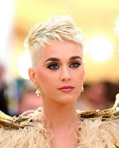 New hair short pixie cuts katie perry Ideas Short Pixie Haircuts, Short Haircut, Pixie Hairstyles, Short Sassy Hair, Very Short Hair, Short Hair Styles, Hair Styler, Hair Today, Hair Trends