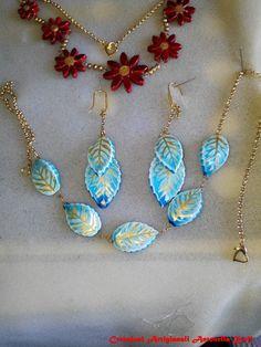 collana e orecchini in ceramica decorati con cristallina turchese e decori in oro fatti e decorati a mano
