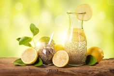 Chia-Wasser mit Zitrone ist das ideale Getränk, wenn du ein paar Kilo abnehmen … Chia water with lemon is the ideal drink if you want to lose a few pounds. But the healthy chia seeds have even more benefits. Detox Drinks, Healthy Drinks, Healthy Eating, Chia Fresca, Lemon Water, Water Water, Chia Seeds, Stevia, Superfood