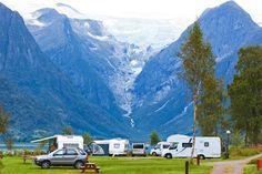Wohnmobile an einem Fjord in Norwegen