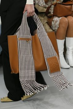 See the complete Loewe Spring 2018 Ready-to-Wear collection. The complete Loewe Spring 2018 Ready-to-Wear fashion show now on Vogue Runway. My Bags, Purses And Bags, Sacs Design, Fabric Bags, Garter Stitch, Handmade Bags, Beautiful Bags, Fashion Details, Bag Making