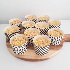 """@mama.veer op Instagram: """"De muffincups van @hemanederland blijven favoriet😁 makkelijk te vullen en makkelijk uit te delen! Dit keer maakte ik er een no bake…"""" Mini Cupcakes, Muffin, Breakfast, Desserts, Instagram, Food, Morning Coffee, Tailgate Desserts, Deserts"""