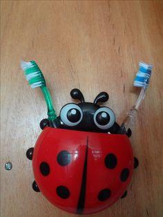 Porta escova de dente em formato de joaninha.