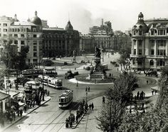 Piaţa Universităţii - 1925. Foto: arhiva Sorin Mărgărit. Old Pictures, Old Photos, Little Paris, Bucharest Romania, Old City, Time Travel, Paris Skyline, Istanbul, Around The Worlds