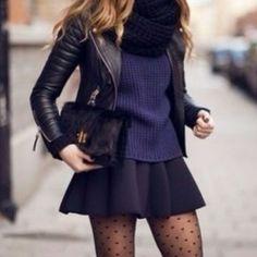 minifalda negra, con mallas y jacket de piel...