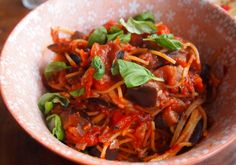 Spaghetti met auberginesaus || olijfolie, ui, knoflook, aubergine, tomatenblokjes, tomatenpuree, gedroogde basilicum, honing/rijststroop, verse peperkorrels, zwarte olijven, spaghetti, (vegan) kaas