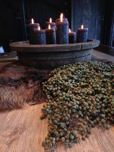 Stoere houten bak met kaarsen