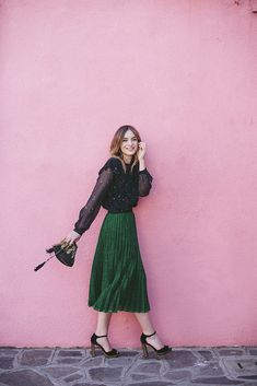 A jewel-tone pleated midi skirt with platform heels is something I think I'll be wearing a lot of this season. Metallic Pleated Skirt, Pleated Midi Skirt, I Love Fashion, Star Fashion, Fashion Ideas, Women's Fashion, Festival Dress, Mode Inspiration, Fashion Inspiration