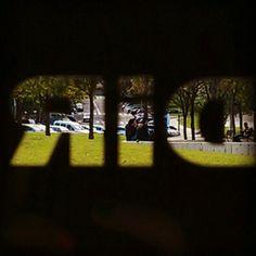 Mirando a través #streetPhotography #dir #Barcelona #glass #logo - @celeste_r_a- #webstagram