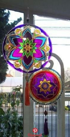 Looking for creative ways to make extra money from home? What better way than to sell DIY projects you made? Crafts to make and sell on. Cd Crafts, Diy And Crafts, Mandala Art, Mosaic Art, Mosaic Glass, Mosaic Mirrors, Cd Recycle, Recycled Cds, Cd Diy