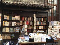 Es Madrid ciudad bravía que entre antiguas y modernas tiene mas de 100 tabernas y una sola librería