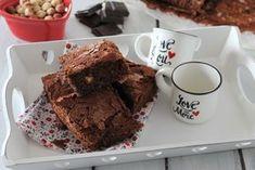 I brownies senza burro, con doppio cioccolato, ricotta e nocciole sono soffici come una nuvola ma ricchissimi di gusto. In più si preparano molto velocemente. Ecco la ricetta