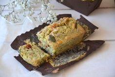 Cake-courgette. - 150 g. de farine de blé T65 - 1 sachet de poudre à lever - 2 oeufs - 15 cl. de lait de riz - 1 courgette - 75 g. de gruyère râpé - 6 rondelles de tomates séchées - 1 échalote - 1 petit bouquet de basilic - Graines (lin, pignons, courge, pavot)