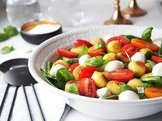 Gnocchipopssallad med tomat och mozzarella | Recept från Köket.se Caprese Salad, Fruit Salad, Mozzarella, Scones, Food, Fruit Salads, Essen, Meals, Yemek