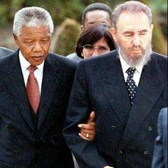 Nelson Mandela et Fidel Castro.