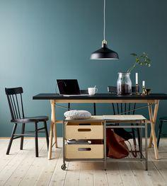 La mesa RYGGESTAD en negro y madera combina con casi cualquier casa, estancia y color. Hemos probado con el azul.