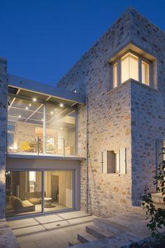 Ημερομηνία: 2015 Το έργο βρίσκεται στη ΜεσσηνιακήΜάνη, αφορά δύο κατοικίες διαρθρωμένες από έξι πέτρινους όγκους συνδεδεμένους μεταξύ τους με μεταλλικά στοιχεία και αυλές. Βασικό χαρακτηριστικό της μελέτης είναι η προσαρμογή των κτιρίων στην τοπογραφία και η ένταξη της κατασκευής στο μανιάτικο τοπίο, δίνοντας έμφαση στην κλίμακα της τοπικής παραδοσιακής αρχιτεκτονικής. Τα υλικά που κυριαρχούν στην …