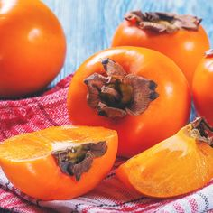 Persimmon Fruit: The Vitamin A Fruit that Benefits Cholesterol Levels by fruit The less-known fruit that packs a potent antioxidant punch Persimmon Fruit Tree, Persimmon Pudding, Persimmon Recipes, Fiber Fruits, Fall Recipes, Healthy Recipes, Canned Blueberries, Vegan Scones, Still Life