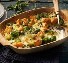 Creamy low-carb broccoli bake with chicken recipe – REWE.de Creamy low-carb broccoli bake with chicken recipe – REWE. Healthy Low Carb Dinners, Low Carb Dinner Recipes, Best Low Carb Recipes, Healthy Chicken Recipes, Easy Healthy Recipes, Low Card Meals, Broccoli Bake, Broccoli Chicken, Broccoli Casserole