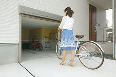 外部からアクセスできる約7帖の半地下収納。タイヤ、自転車、遊具、除雪道具、アウトドア用品など大きさのあるモノをすっきりたっぷりしまえることはもちろん、充分な広さがあるので趣味の時間を楽しむホビールームとしても使える。