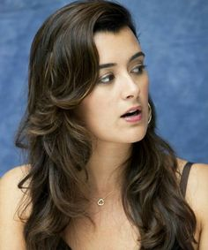 Cote De Pablo Hair Color 2017 And Hairstyle Extension are also available so get her bangs, box bun, layered , silky, side swept hairstyle with images and pictures ideas name Ziva David, Daniela Ruah, Long Wavy Hair, Hollywood Actor, Gorgeous Hair, Hair Hacks, American Actress, New Hair, Movie Stars