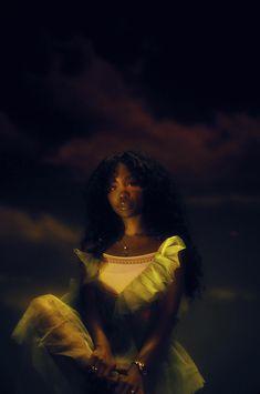 After four years of hard work, SZA's debut album, Ctrl, brought her worldwide acclaim. Pretty People, Beautiful People, Foto Fantasy, Black Girl Aesthetic, Look Girl, Doja Cat, Poses References, Beautiful Black Women, Beautiful Lips