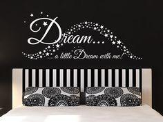 Schlafzimmer Wandtattoo Dream a little Dream with me über dem Bett als kreative Dekoration, mit der Ihnen alle Sterne leuchten..
